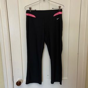 Nike - Black & Pink Stretchy Cropped Workout Pants